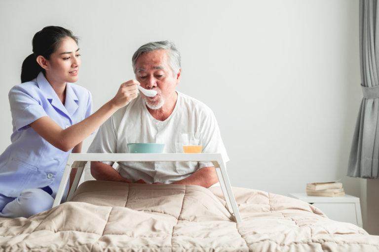 老人臥床退化,需要別人照顧