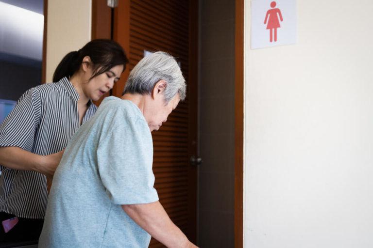 老人尿失禁護理措施:協助長輩如廁
